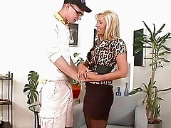 Blonde mature Daria Glower gives a perfect blowjob