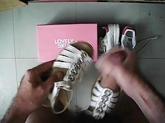sperme sur sandale blanche a fleures en cuir