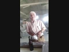 Vaya manguera que saca el abuelo en el taller